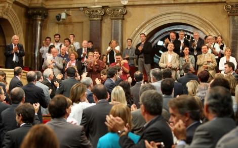 Aplausos en el Parlament tras la aprobación de la ley.| Domènec Umbert