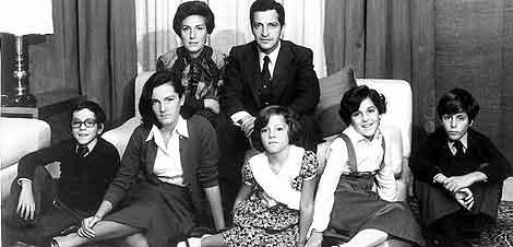 Adolfo Suárez con su mujer y sus hijos en La Moncloa.