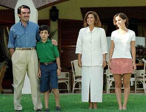 Aznar con su familia en sus vacaciones en Oropesa. | Efe