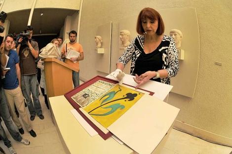 María Asunción Mateos mostrando unos originales de Alberti.   Cata Zambrano