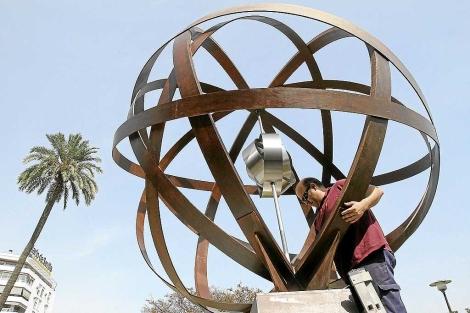 El monumento, en la plaza de Cuba, que señala el lugar de donde partió la expedición. | Carlos Márquez