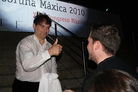 El mago Antón levanta el pulgar tras salir victorioso de la cubeta.   A. B.