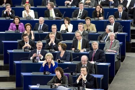 Los comisarios de la actual CE, en el Parlamento Europeo.| CE