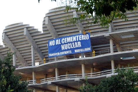 Activistas protestan en el estadio de Mestalla. | Efe