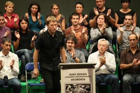 Rufi Etxebarria se dispone a firmar, ante el aplauso de Matute, Urizar y Zabaleta.   Mitxi