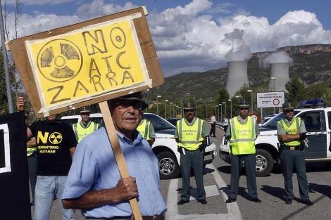 Un vecino se manifiesta contra el ATC frente a la central de Cofrentes.   J. Cuéllar