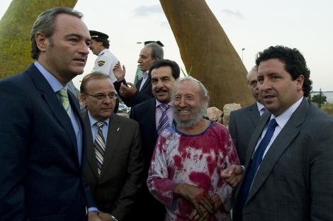 Ripollés sonríe acompañado por el alcalde y otras autoridades este martes.   ELMUNDO.es