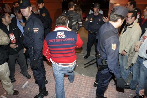 La Policía estableció un pasillo para facilitar el acceso a los trabajadores. | Rosa González