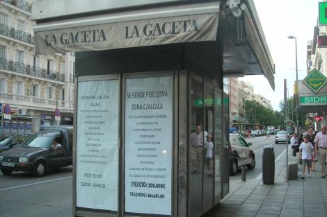 Anuncio inmobiliario instalado en un quiosco de prensa de la c/ Fuencarral de Madrid. | J. F. L.