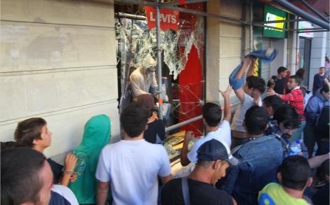 Antisistema roban en la tienda Levi's de Gran Via.| Christian Maury