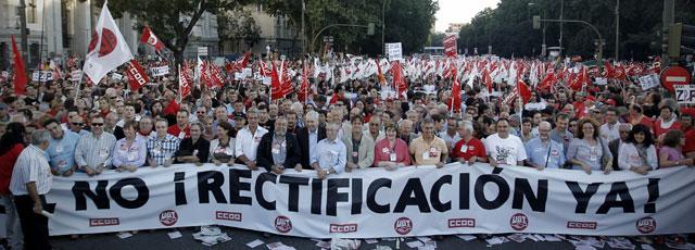 Manifestantes en el madrileño Paseo del Prado. | Alberto di Lolli VEA MÁS FOTOS