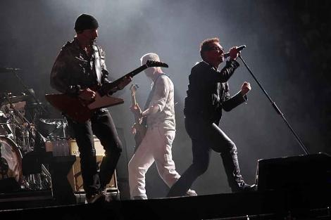 Un momento de la actuación de la banda irlandesa en el estadio de la Cartuja de Sevilla. | Jesús Morón