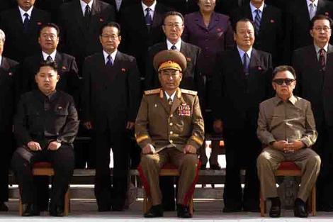 Kin Jong-Un, sentado a la izquierda. | Reuters