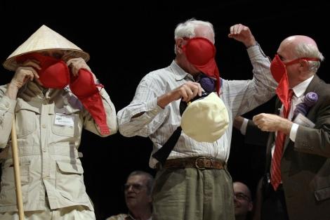 Tres premios Nobel demuestran el uso de una máscara de gas en forma de sujetador durante la ceremonia de entrega de los Ignobel. | AP