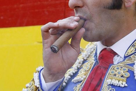 Detalle del torero Morante de La Puebla, fumando.   Benito Pajares