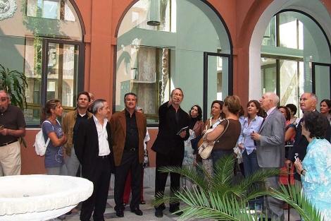 El arquitecto Vázquez Consuegra explica a un grupo de visitantes su intervención en San Telmo. | EM