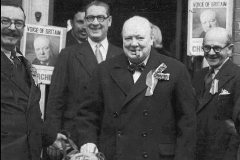 Foto de archivo (1950), ante la Asociación Conservadora de Essex.   Ap