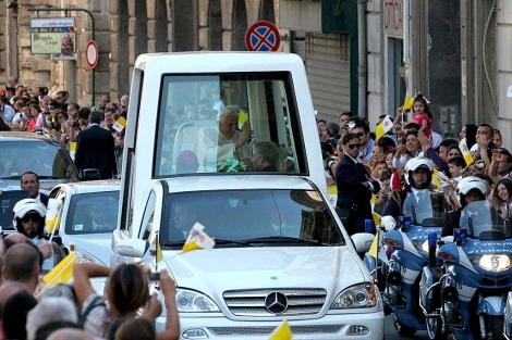 Benedicto XVI saluda este martes desde el 'papamovil' en su visita Palermo (Italia).   Efe