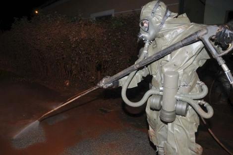 Un soldado limpia los restos del vertido en Devecser. | Efe
