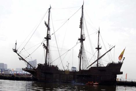 El galeón 'Andalucía' atracado en un muelle del puerto de Manila.   Efe