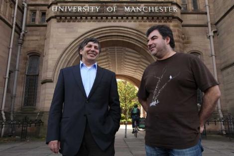 Andre Geim (I) y Konstantin Novoselov (d), tras conocer que habían ganado el Nobel. | AP
