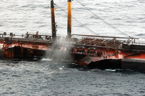 El petrolero cuando estaba a 70 millas de la costa, en 2002 | EL MUNDO