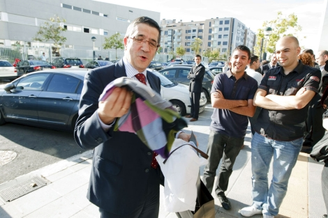 El lehendakari, Patxi López, abre un regalo.   Efe