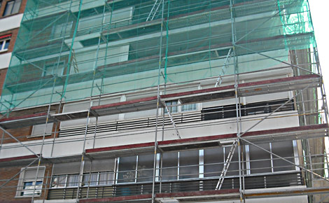 Edificio de pisos en rehabilitación en Madrid. | J. S. C.