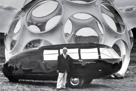 Buckminster Fuller, con su coche y una de sus cúpulas, en Colorado, en 1980. | The estate of B. Fuller
