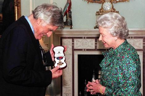 El autor recibió la Orden del Mérito de manos de la Reina Isabel II, antes de morir. | Ap
