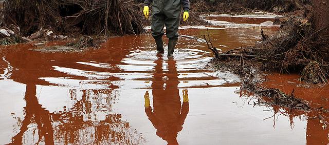 Un hombre camina entre el lodo. | Ap