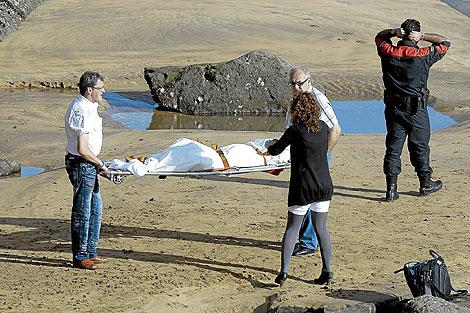 Momento en que se retira el cadáver de la niña de 18 meses de la playa de Zarautz. | Justy
