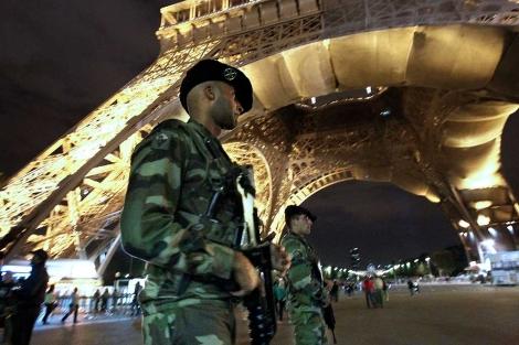 Policías vigilan en la Torre Eiffel de París.  Afp