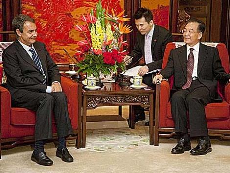 Zapatero y el primer ministro chino Wen Jiabao durante la visita de agosto. | AP
