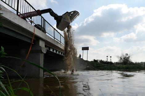 Vierten yeso sobre un río próximo al Danubio para neutralizar los contaminantes del vertido.   AP