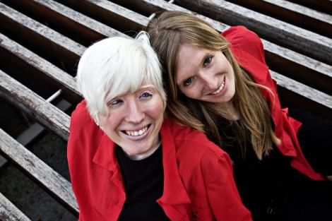 La periodista Patty Bonet, de 24 años, junto a su hermana no albina. | A. Y.