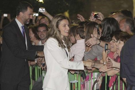 Los Príncipes saludan tras hacer una visita nocturna a la Mezquita de Córdoba. | Efe