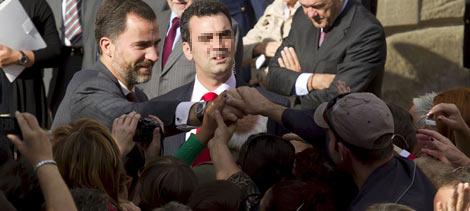 Don Felipe saluda a los ciudadanos en su visita a Miranda del Ebro (Burgos). | Efe