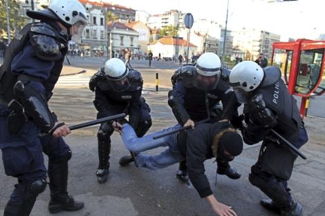 Policías detienen a uno miembro de un grupo de ultras homófobos. | Efe