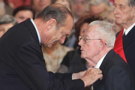 Allais fue condecorado por Chirac en 2005. |