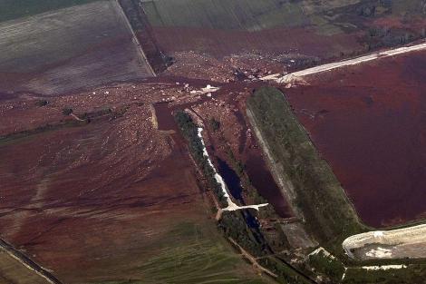 Imagen de la balsa destruida que originó el vertido. | Ap