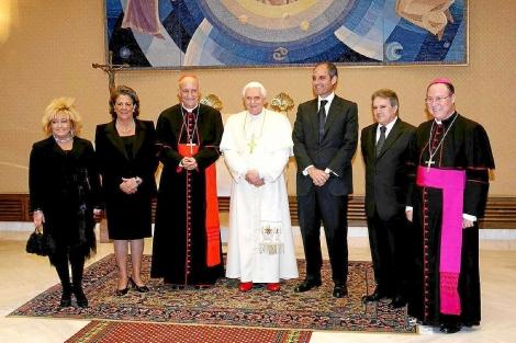 Las autoridades valencianas, junto al Papa Benedicto XVI en 2008.   E.M.