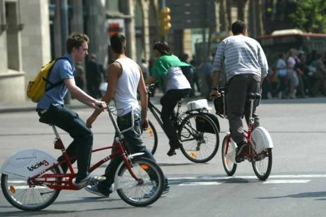 Ciclistas circulan en una calle de Barcelona.   Quique García