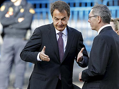 Zapatero y Gallardón, durante su discusión poco antes del desfile. | Efe