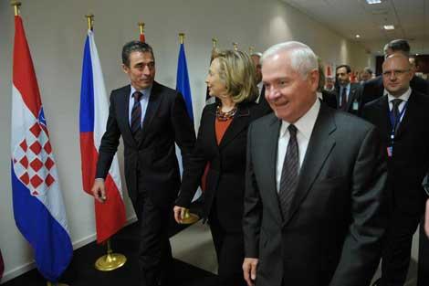 De izda. a dcha., Rasmussen, Clinton y Gates, en Bruselas. | Afp