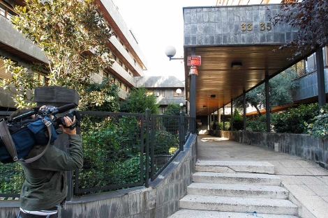 Un cámara graba la entrada al bloque de General Varela, donde murió Puerta. | Sergio González