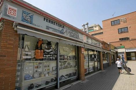 Una ferretería multada por no rotular en catalán.| Santi Cogolludo