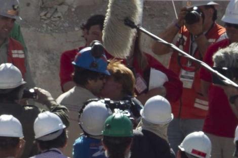 El minero rescatado, tras salir de la mina de San José. | Claudio Reyes