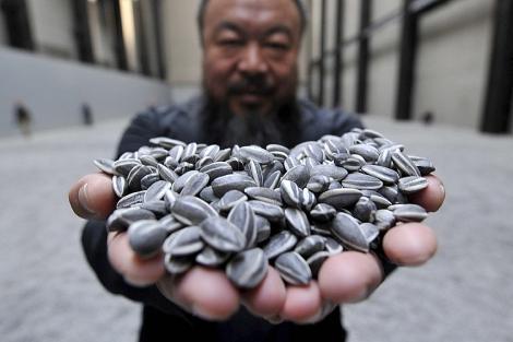 Ai Weiwei, con sus pipas, en la Sala de Turbinas.   Efe