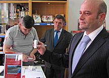 Paulo Brandao, dirigente de Correios en el Norte de Portugal, con el dispositivo.